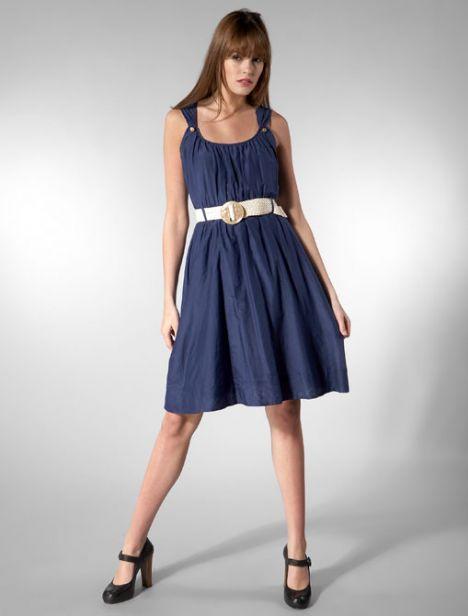 Üst bacaklarınız kalınsa  Bunu kamufle etmenin en iyi yolu, hafif büzgülü sade bir elbise giymek ve kemer takmak. Eğer bacaklarınızın alt kısmı inceyse, olduğunuzdan çok daha zarif görünmeyi garantileyebilirsiniz.